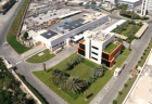 The solar-cooled headquarters of Agility, a logistics business based in Kuwait. The 234 m² of evacuated flat plate collectors which provide the building with energy can be seen behind it. (Photo: TVP)