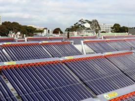 The solar field at the Monash University consists of vacuum tube collectors by Australian manufacturer Greenland Systems and was designed and installed by the LCI engineering consultancy. (Photo: Greenland)