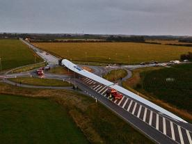 The world's longest wind turbine blade passing a traffic roundabout. (Photo: LM Wind Power)