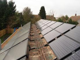 <b>Pilot project: 24 PowerTherm and 24 PowerVolt collectors are mounted on the roof of the Chedwode children's home in Surrey County, Great Britain. The financial payback time is 12 years. </b><br><br><i>Photo: Solimpeks</i>