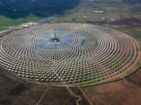 <b>The Gemasolar plant comprises 2,650 heliostats that stretch across approximately 185 hectares. They focus the solar radiation on the central receiver which is able to absorb 95 % of it and transmit this energy to the molten salt.</b><br><br><i>Photo: Sener</i><br><br>